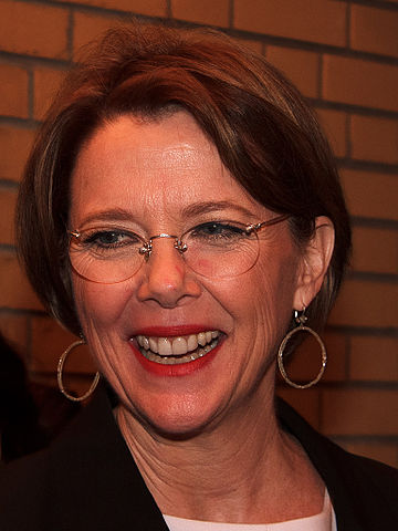 Annette Bening- By gdcgraphics - https://www.flickr.com/photos/gdcgraphics/10404383974/, CC BY-SA 2.0, https://commons.wikimedia.org/w/index.php?curid=31106454