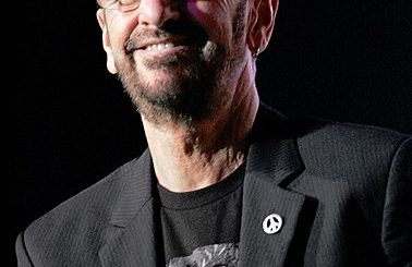 Ringo Starr - Eva Rinaldi from Sydney, Australia - Ringo Starr and all his bandUploaded by tm, CC BY-SA 2.0, https://commons.wikimedia.org/w/index.php?curid=25418840