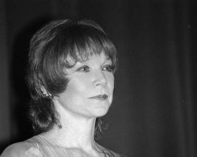 H ηθοποιός Shirley Maclaine στη Deauville της Γαλλίας (1987). Φωτογραφία: By Roland Godefroy - Own work, CC BY 3.0, https://commons.wikimedia.org/w/index.php?curid=4604314